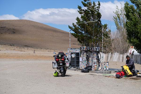 Tankstelle zwischen Gobernador Gregores und Perito Moreno, ohne Benzin. Manch einer bleibt hier stehen und wartet.