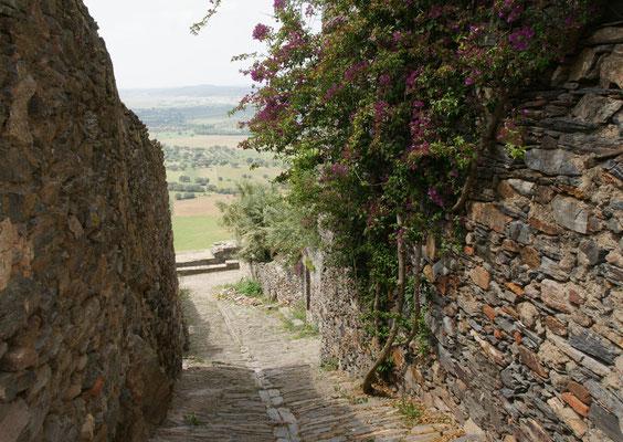 Immer wieder Blicke ins Tal, wo die Mauer durchbrochen ist in Monsaraz.