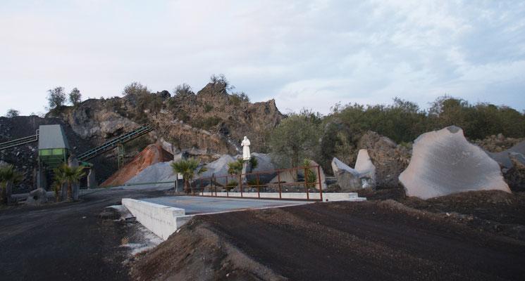 Steinbruch im Lavagebiet mit Schutzpatron