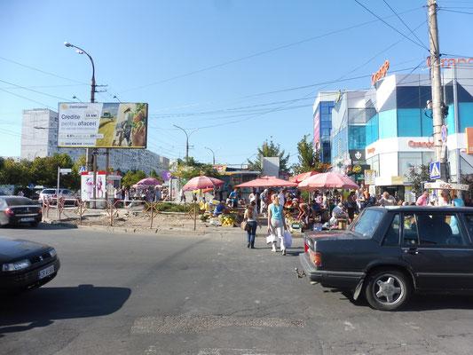 Ein Aussenquartier von Chisinau. Neben Glaspalästen verkaufen die Bauern ihre Ware