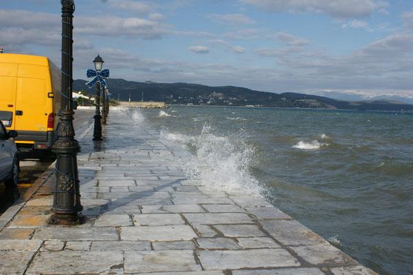 Die Wellen schlagen an die Mauer