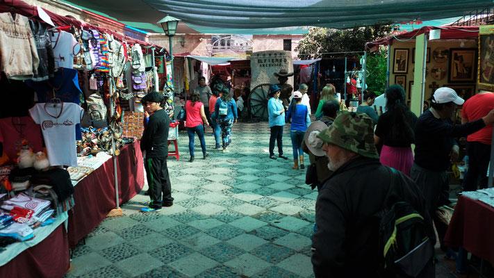 Der mit Tüchern gedeckte Markt bei der Kirche San Francisco