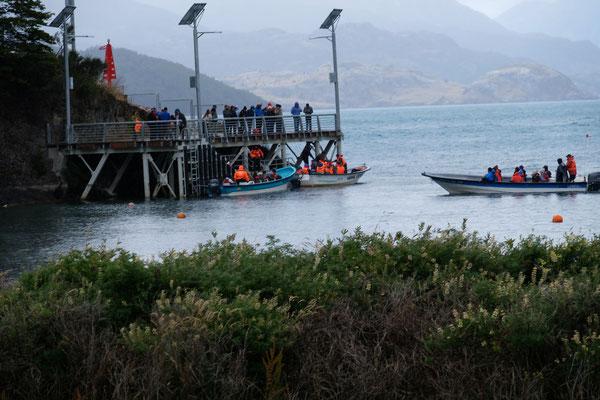 Puerto Rio Tranquilo. Hier steigen sie in die Boote um raus zu den Marmorhöhlen zu tuckern. Wir verzichten schweren Herzens.