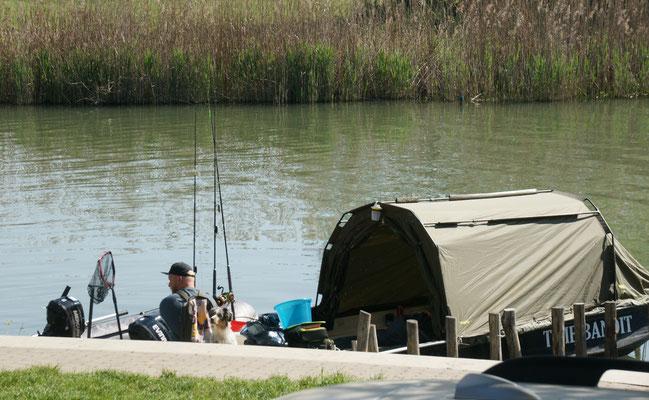 Eine Gruppe Fischer kehrt von ihrer Uebernachtung draussen im Schilf zurück