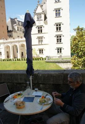 Feiner Hase mit stilvollem Hintergrund. Das Schloss in Pau