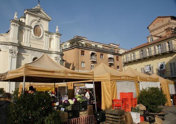 Marktstände auf allen Plätzen in der Altstadt von Alba