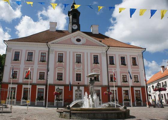 Das Rathaus mit dem Brunnen der verliebten Studenten