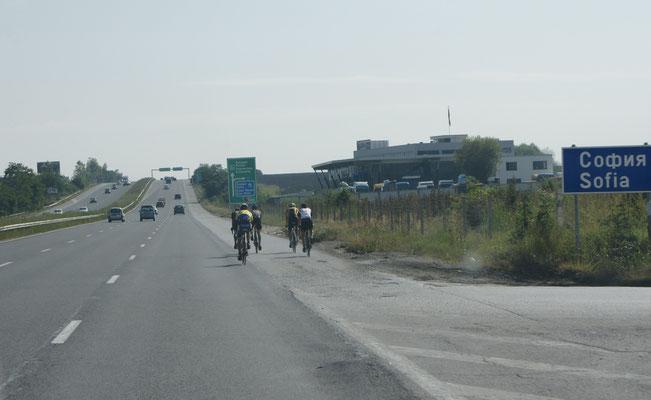"""Alois:"""" Siehst du, Fahrradfahren auf der Autobahn, geht doch!"""""""