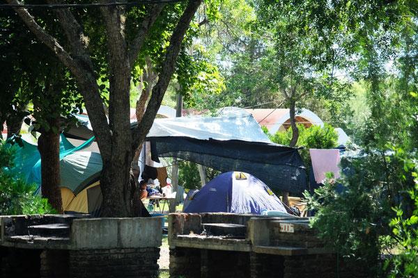 Zelte werden unter grossen Planen aufgestellt.