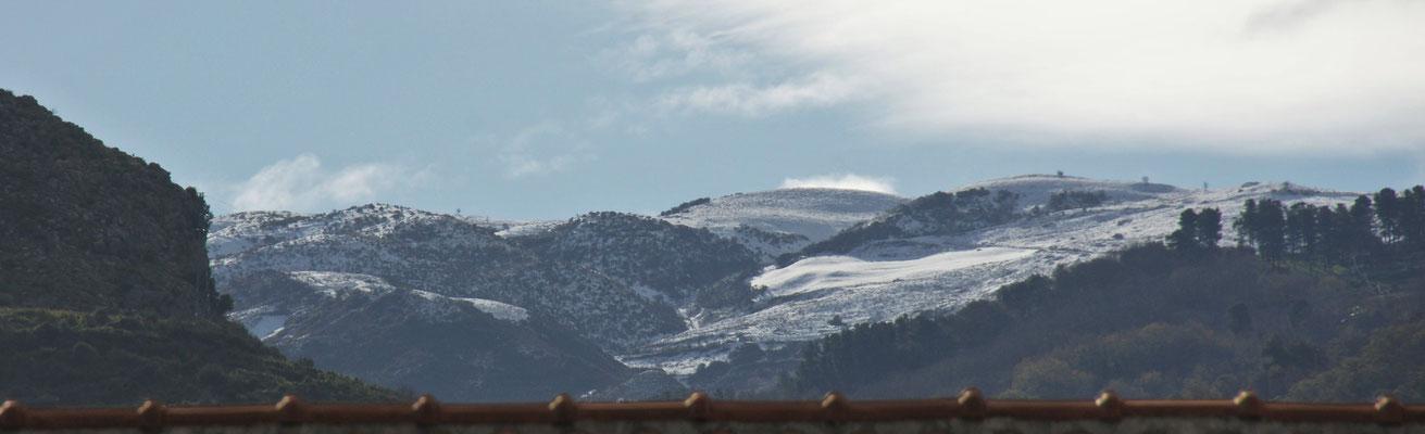 Schnee in den Hügeln hinter uns