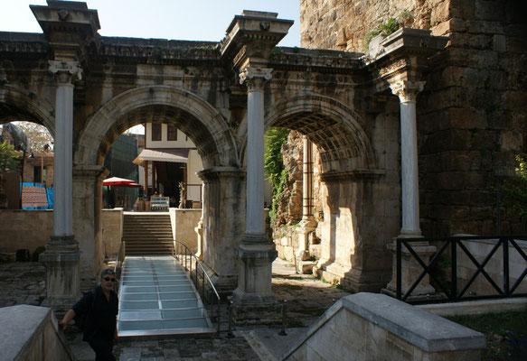 Das Hadrianstor. Eingang in die Altstadt