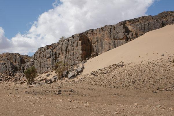 Typische schwarze Felsen. Wahrscheinlich sind in ein paar Jahren alle weggebröckelt