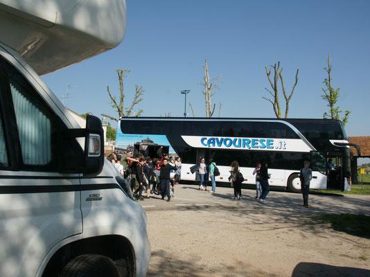 ganze Schulklassen werden aus den Bussen ausgeladen und auf Ausflugsboote verfrachtet