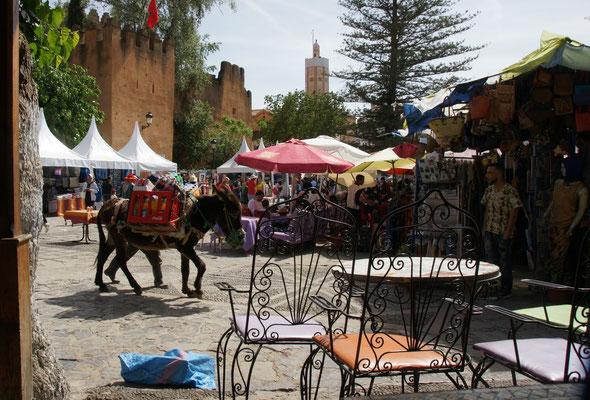 Auf dem Platz vor der Kasbah in Chefchouan ist einiges los.