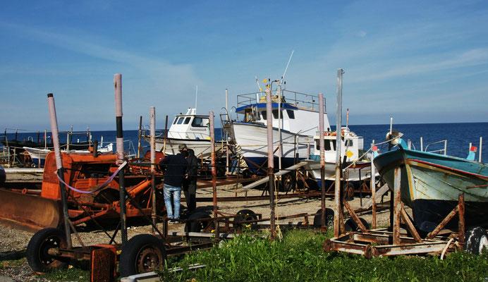 Kein Hafen in Acqualadroni, aber jeder Fischer hat sein Gefährt für die Wasserung