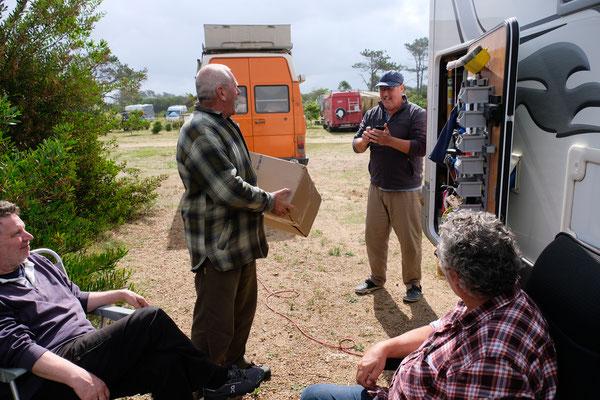 Kaffee mit Schorsch. Heinz nimmt das Paket für Reto entgegen, welches von Robert sofort erkannt wird.