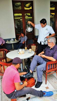 Lechero heisst der spezielle leckere Kaffee. Da weden auch gleich noch die Schuhe geglänzt