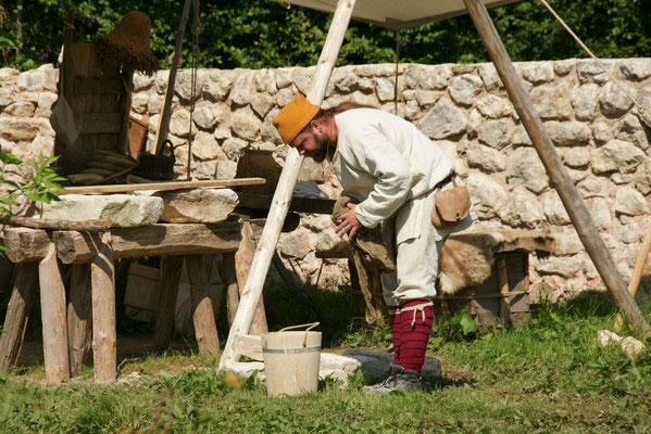 Die Steine werden bearbeitet im Campus Galli