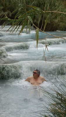 Das Vergnügen  im warmen Wassr von Saturnia dauert heute nur kurz....