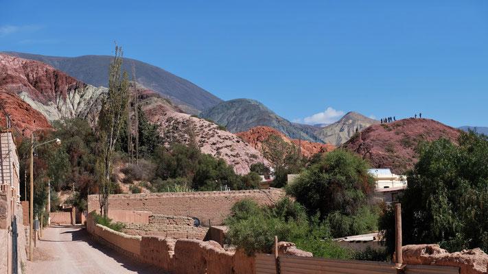Die ersten Touristen sind bereits oben, um einen Blick über das Dorf und die Berge zu werfen.