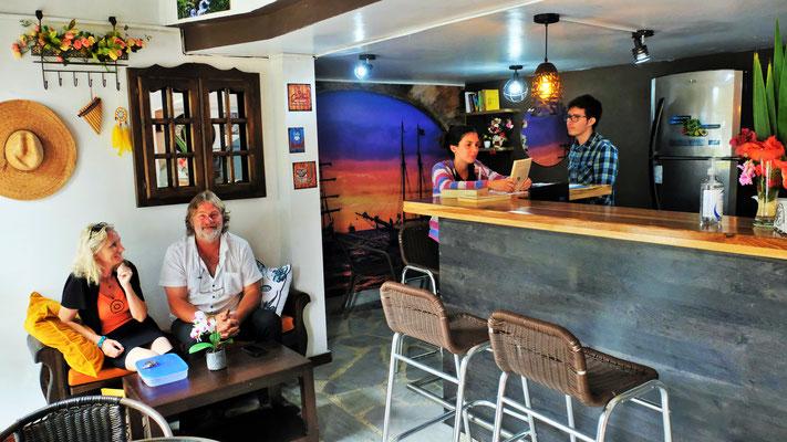 ... Hans vor einer Woche sein Kaffe Arco eröffnet hat.