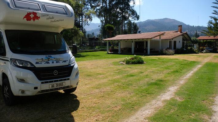 Wir stehen in Banos del Incas, im Garten bei Sofia und Juan