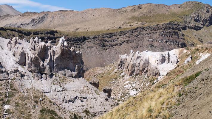 Interessante Gesteinsformationen auf dem Paso Pehuenche