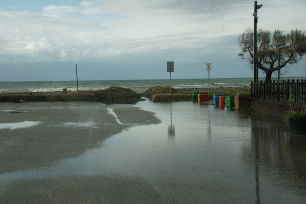 An der Küste in Torrenova gibt es Camperverbotsschilder und sowieso viel zu viel Win