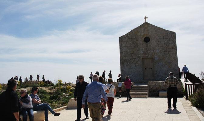 Die Kapelle am Cliff Dingli mit vielen Touris