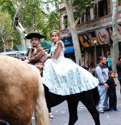 angegossen auf ihren Pferden