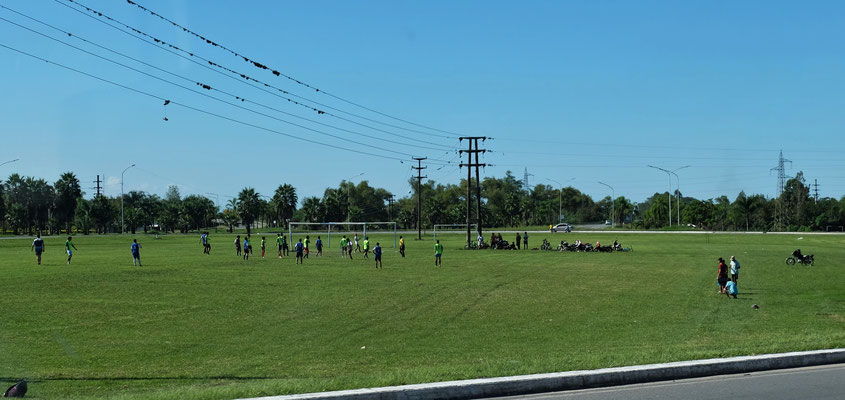 Ein Fussballfeld mitten auf einem riesigen Kreiseverkehr.