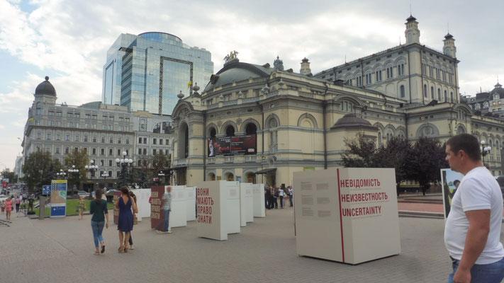 Die Oper von Kiew. Davor eine Kundgebung des IKRK mit Bildern und Geschichten der Vermissten seit dem Beginn der Einmarsches
