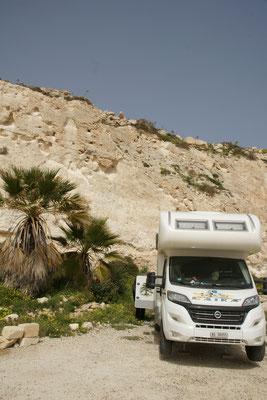 Die Steine oberhalb des Campers sind doch recht lose und viele liegen bereits neben und hinter uns.