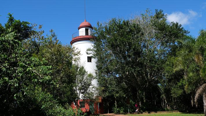 Ein Leuchtturm inmitten des Parkes