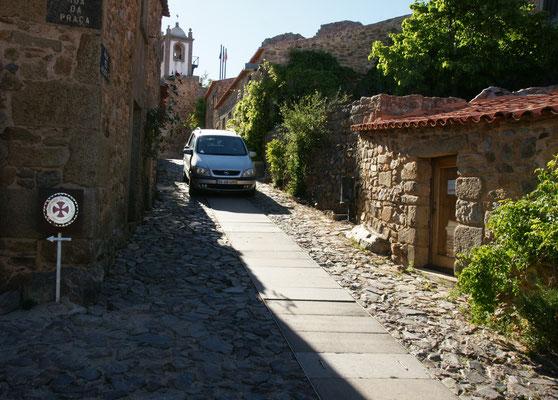 Man glaubt es kaum, aber auch in Castelo Rodrigo zwängen sich die Autos durch die Gassen