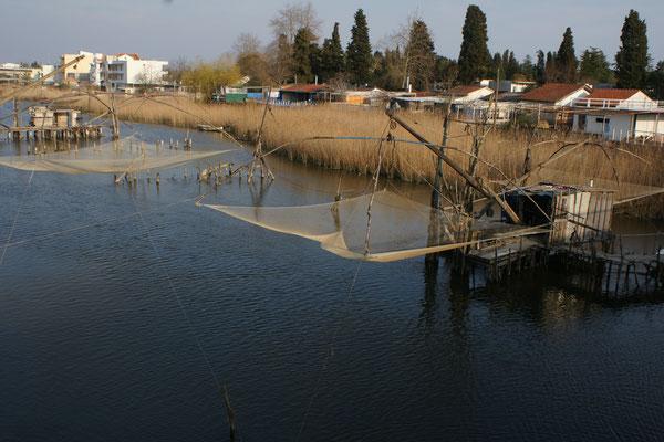 Die Fischerhäusschen mit Netzen im Fluss