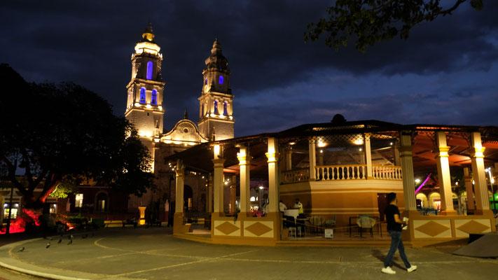 Der Plaza Indenpencia bei Nacht