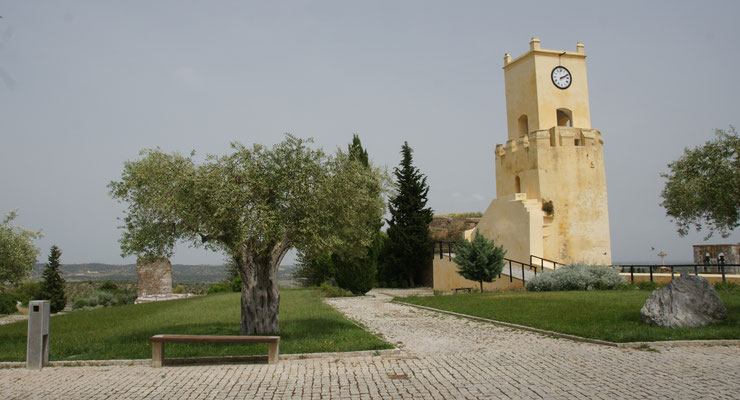 Auf dem Burghügel von Moura