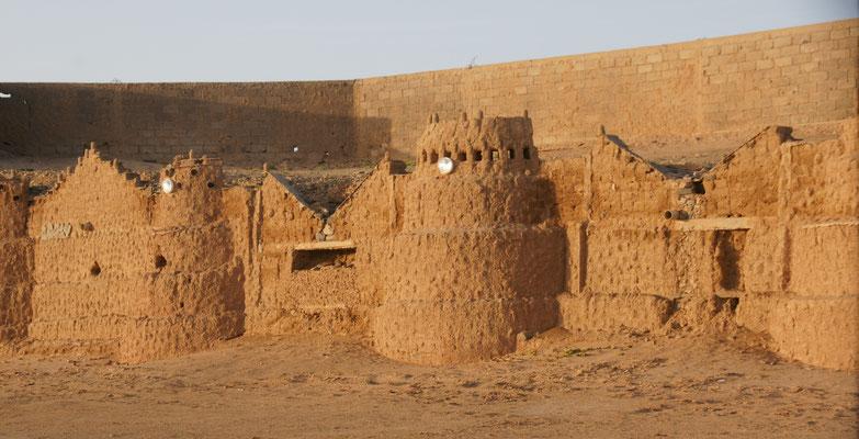 Kunstvolle Lehmbauten auf dem Camping Smara