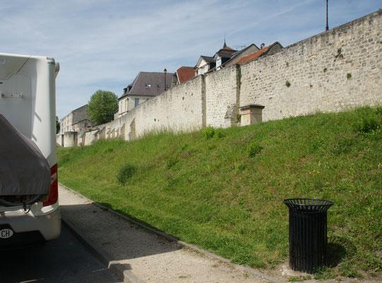 An der vollständig erhaltenen Stadtmauer gibt es einen Parkplatz, extra für Camper