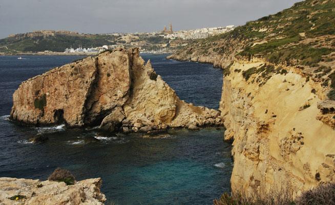 Im Hintergrund der Fährhafen von Gozo