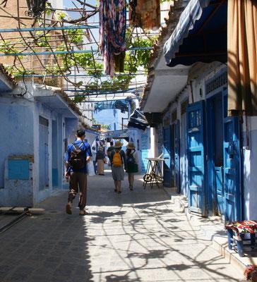 In den Seitengassen von Chefchouan zuerst nur wenige Touristen