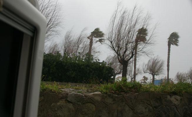 Hinter der Mauer stehen wir einigermassen windgeschützt