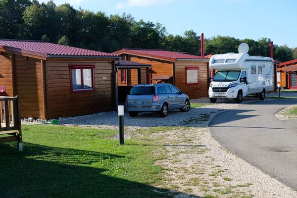 Wir stehen wohl für lange Zeit zum letzten Mal vor einem unserer Häusschen auf dem Camping in Orsingen
