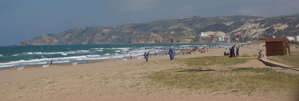 Das Strandleben ist trotz steifer Brise voll im Gang