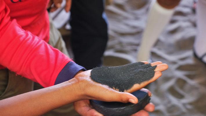 Eine Vorführung über den metallhaltigen Sand...