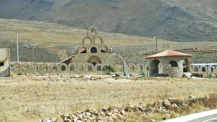 Mitten im Nichts eine kleine Siedlung mit Kirche