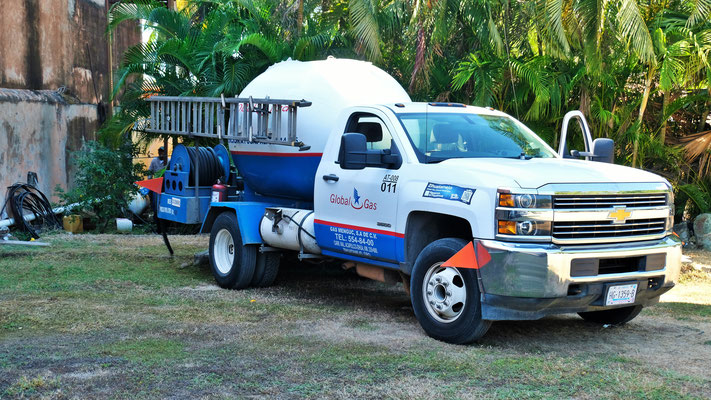 So einen Gaswagen, der das Gas beim Restaurant füllt, hätten wir uns vor ein paar Tagen gewünscht.