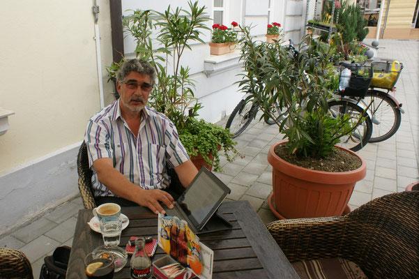 Beim Kaffee werden die Emails gecheckt und die diversen Zeitungen gelesen