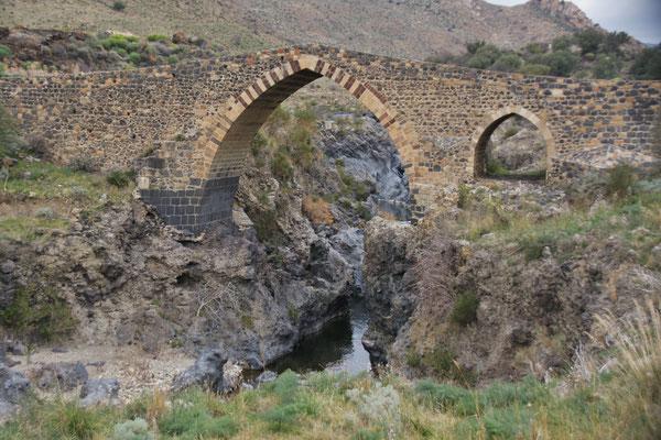 Das Wasser schiesst unter der Sarazenen Brücke durch.